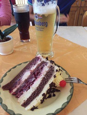 Restaurant & Café Hüttenklause Dorotheenhütte : Schwarzwälder Kirschtorte, la famosa torta della foresta nera e un boccale di Radler.