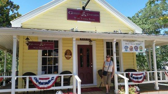 Jamestown, Californië: Nice tasting room. 7-16-16
