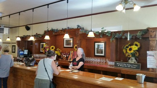 Jamestown, CA: Nice tasting room. 7-16-16