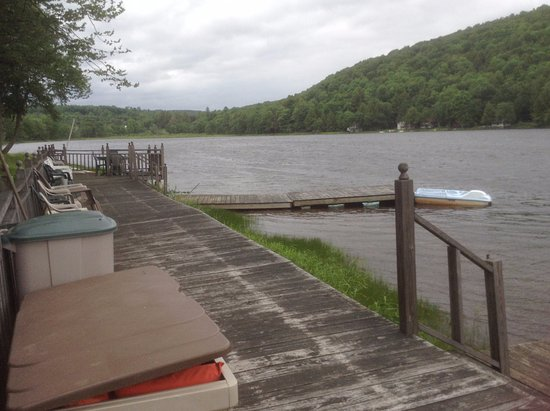 Starlight, PA: Dock on lake.