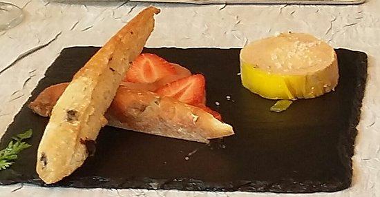 Les Jardins de la Vieille Fontaine: foie gras mi cuit au poivre annoncé chutney rhubarbe en fait aux fraises