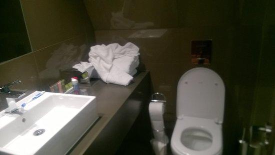 Dunton Green, UK: Bathroom - plenty of towels but no towel rail!