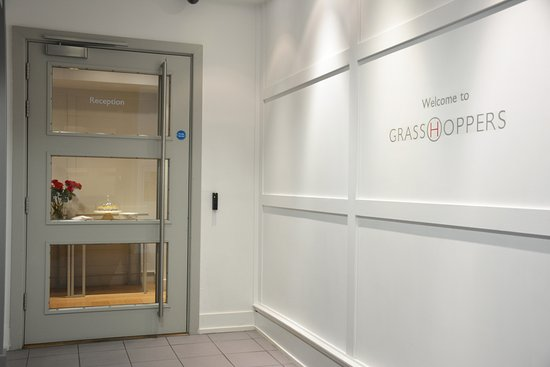 Grasshoppers Hotel Glasgow: Entry off Elevator. Reception is around the corner.
