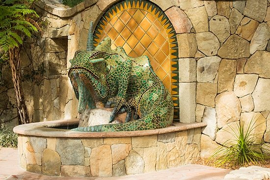Ojai, Калифорния: The Emerald Iguana is made of tile and greets you as you enter the grounds. A beautiful fountain