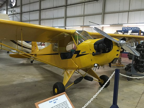 Windsor Locks, CT: Piper - found inside the civilian aircraft hanger - one of very many planes