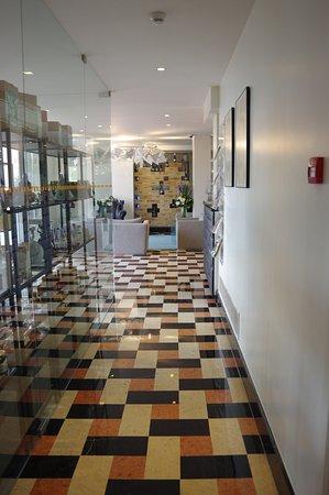 Sintra Boutique Hotel : Couloir entre le hall d'entrée et le restaurant