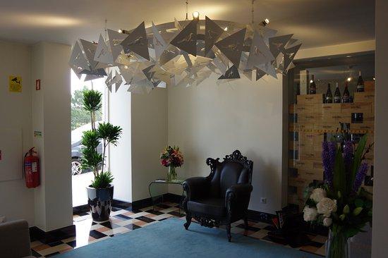 Hall d\'entrée avec un joli fauteuil et des fleurs - Photo de ...