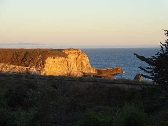 Davenport, Калифорния: View from our room of sunset against the cliffs.