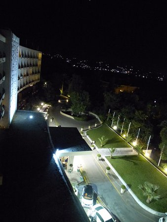 Kanoni, กรีซ: Front of hotel from 7th floor, lakeside view