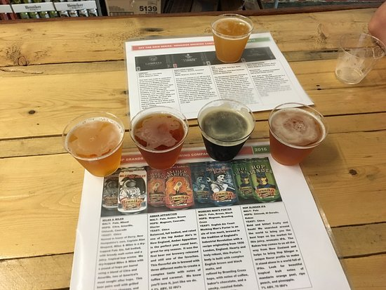 Henniker, NH: Got to sample a flight of some delicious beers! Great explanation from man who served the drinks