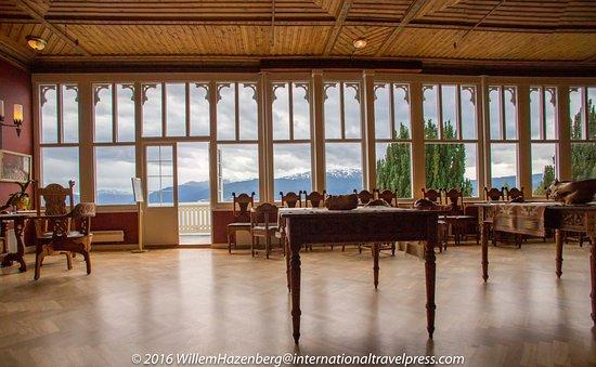 Balestrand, Noruega: Binnenruimte hotel om te zitten met uitzicht over meer