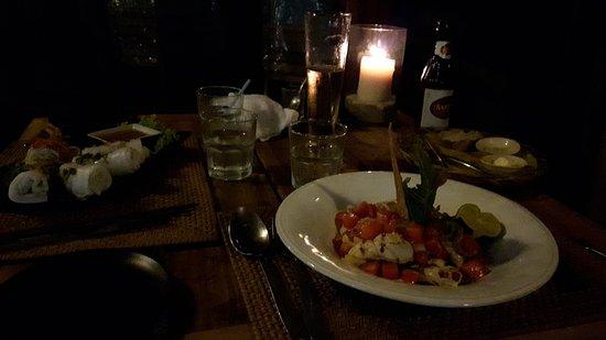 Mango Bay Resort: ensala de sandía y calamares a la plancha y rollitos frescos deliciosos a pie de rompe olas
