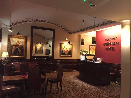 Hibernian Bar: Front Entrance of Hotel