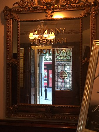 Hibernian Bar: Entrance to Restaurant from outside-very inviting