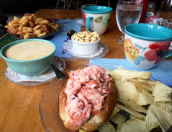 Seal Harbor, เมน: Fried sea food appetizer, clam chowder and lobster roll at Lighthouse Restaurant