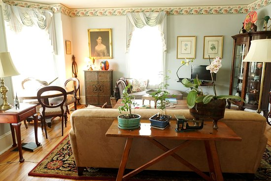 The Inn at Antietam: Comfortable public sitting room with games table