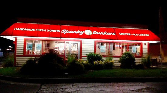 Arlington Heights, IL: Spunky Dunkers building lit at night