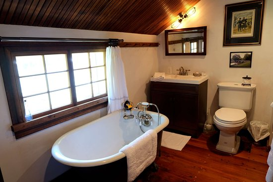 Sharpsburg, MD: Antietam Suite bathroom with its clawfoot tub and handheld shower