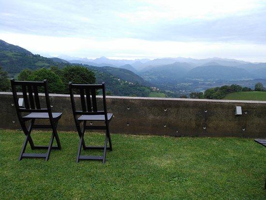 Infiesto, Spanje: Un té con estas vistas....no tiene precio.