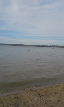 Sylvan Lake, Kanada: Beach and water on the Friday. Less busy than the Saturday.