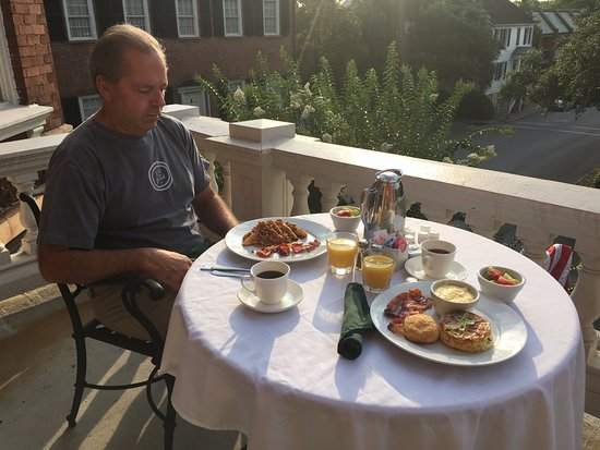 The Kehoe House - A Boutique Inn: Breakfast on the Veranda