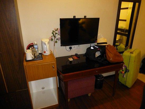 Hotel Eden54: Desk and TV