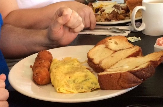Hingham, MA: Omelet with delicious cinnamon toast
