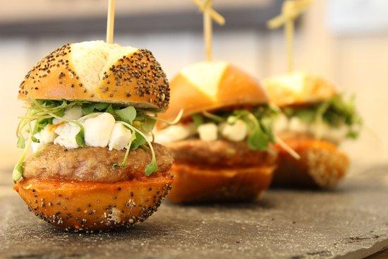 Knowlton, Kanada: Mini-Burger de viande hachée de canard, Tchatchouka, chèvre émiettée et pousse de coriandre. Miu