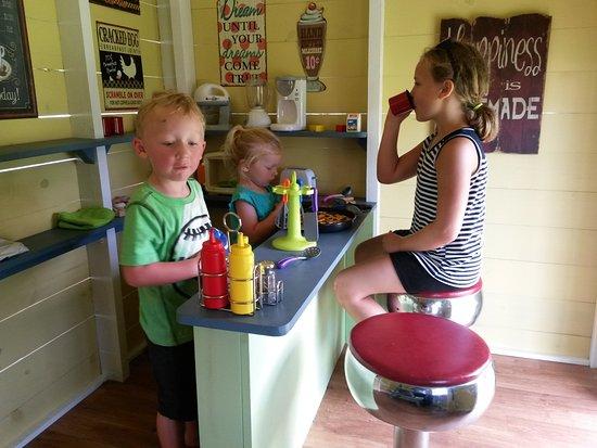 Egg Harbor, Ουισκόνσιν: Inside the new 1950's style Diner at Plum Loco's Play-Farm Village!