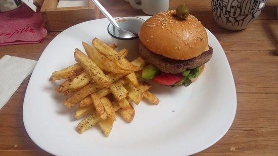 Carajillo Café: burguer and fries