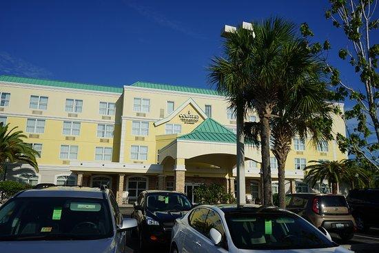 Country Inn & Suites By Carlson, Port Canaveral: Hotel Eingang von Parkplatz aus