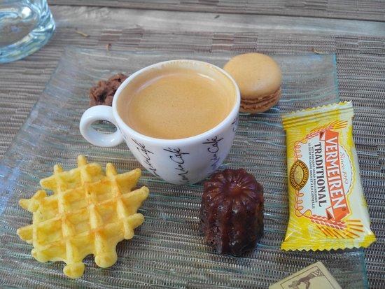 Nontron, Γαλλία: On appele cela un café gourmand !!!!!!!!!!