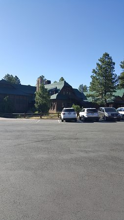 Bryce Canyon Lodge: lodge from parking lot (backside)
