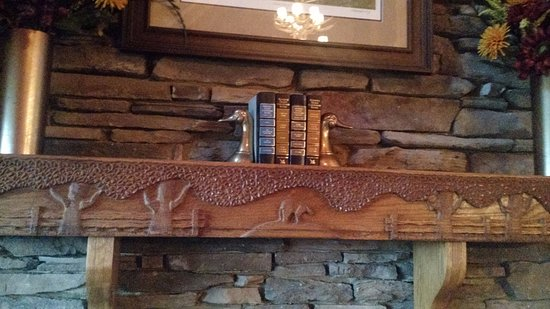 Hemlock Hills Resort: Hand carved mantle