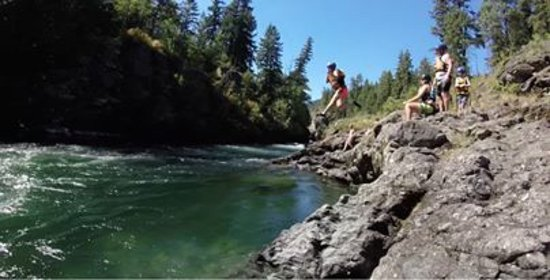 Chase, Canadá: Me jumping off rocks.