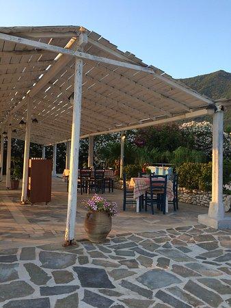 Paramonas, Grécia: Terrasse der Taverne,