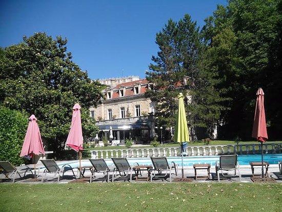 กริกนัน, ฝรั่งเศส: Hotel et piscine vue du parc.