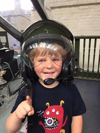 Salisbúria, UK: Trying on a helmet