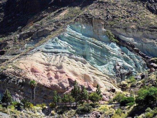 Prachtig gekleurde berg in een boeiend landschap picture - Los azulejos gran canaria ...