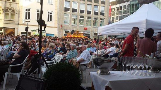 Gottinga, Germania: Handel music festival in front of the statue!