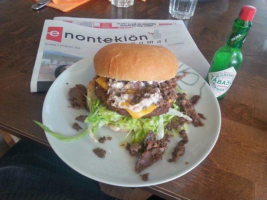 Enontekiö, ฟินแลนด์: reindeer burger (poroburgeri)