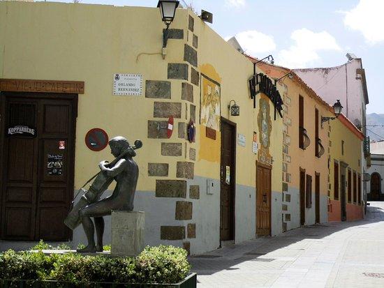 Aguimes, Ισπανία: EEn van de bronzen beelden. Er klinkt zowaar echt cello muziek bij dit beeld.