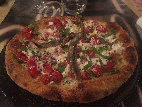 Vecchiano, Италия: Pizza con burrata, pomodorini, basilico e acciughe  del cantabrico