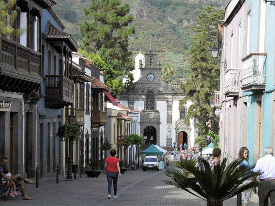 Teror, Espagne : Calle Real de la Plaza met de kerk en de markt in opbouw