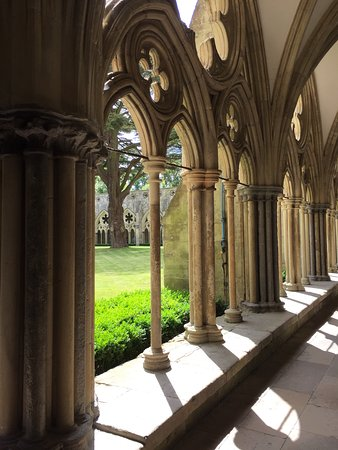 Salisbury Cathedral: Pretty Gothic colonnade for the abbey