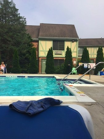 Southampton, NY: Pool is great and has lots of relaxing lounge chairs