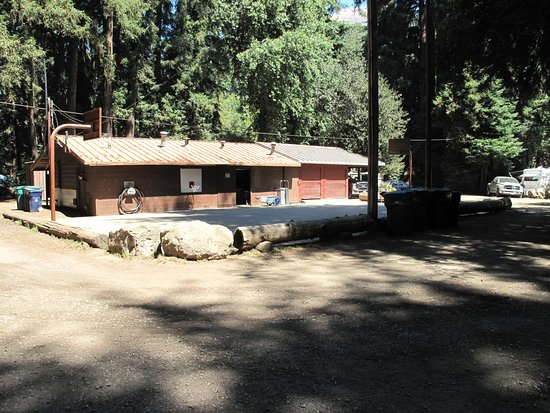 Big Sur Campground & Cabins: Basketball court. Also had hulahoops and soccer balls.