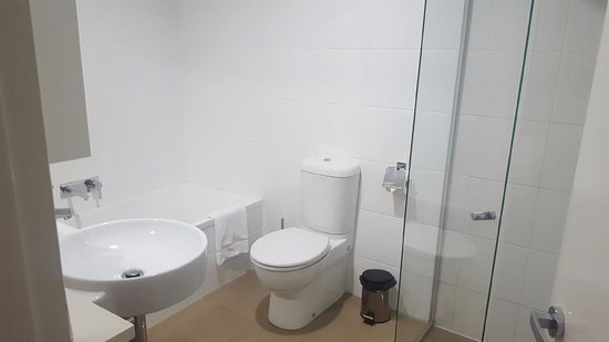 Southport, Australia: 1 bed apt bathroom - separate shower and bath