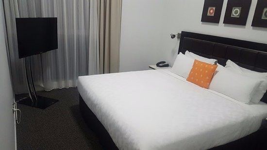 Southport, Australien: 1 bed apt - bedroom with king bed
