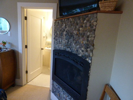Greenlake Guest House: Fireplace in bedroom (king sized, comfortable bed)